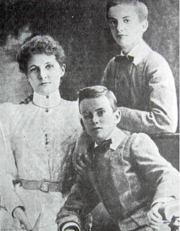 Маргарет-Эмма Робертсон (Миклухо-Маклай) с сыновьями Александром и Владимиром