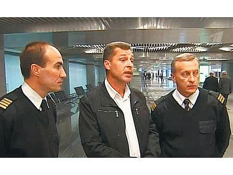 Cлева направо: пилоты Евгений Новоселов и Андрей Ламанов, штурман