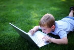 Мальчик-с-ноутбуком