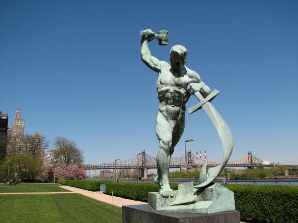 Скульптура «Перекуем мечи на орала» Евгения Вучетича, подаренная ООН Советским Союзом в 1959 году.