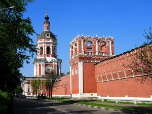 800px-Walls_and_towers_of_Donskoy_Monastery_05