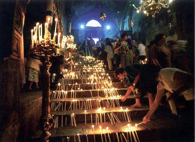 Гробница Богородицы. Свечи на ступенях.