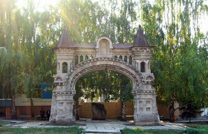Ворота разрушенного Никольского монастыря