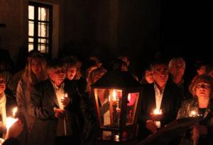 Почему православные гречанки не носят в храме платков на голове?