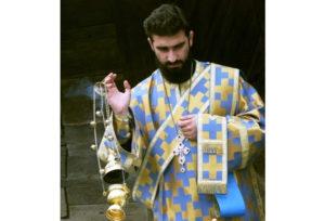 Почему в Румынии диаконы носят на груди крест как священники?