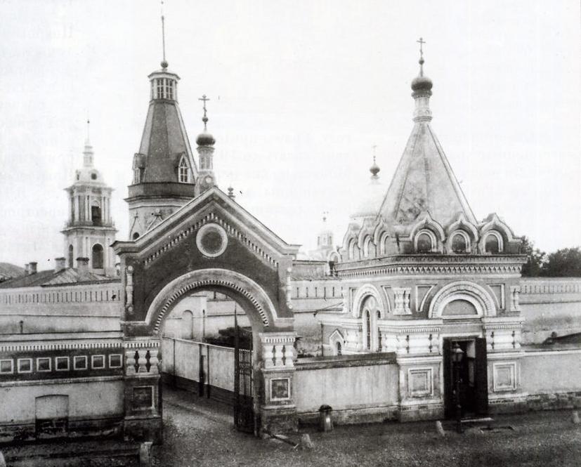 Семеновская улица. Главный вход в Покровский монастырь