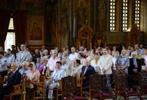 Почему греки сидят во время богослужения?