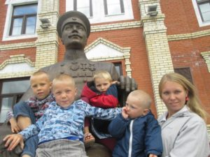Помощь многодетной маме и её пятерым детям