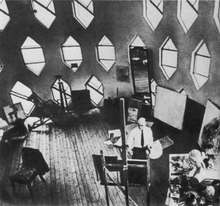 К.С. Мельников в мастерской своего дома в Кривоарбатском переулке