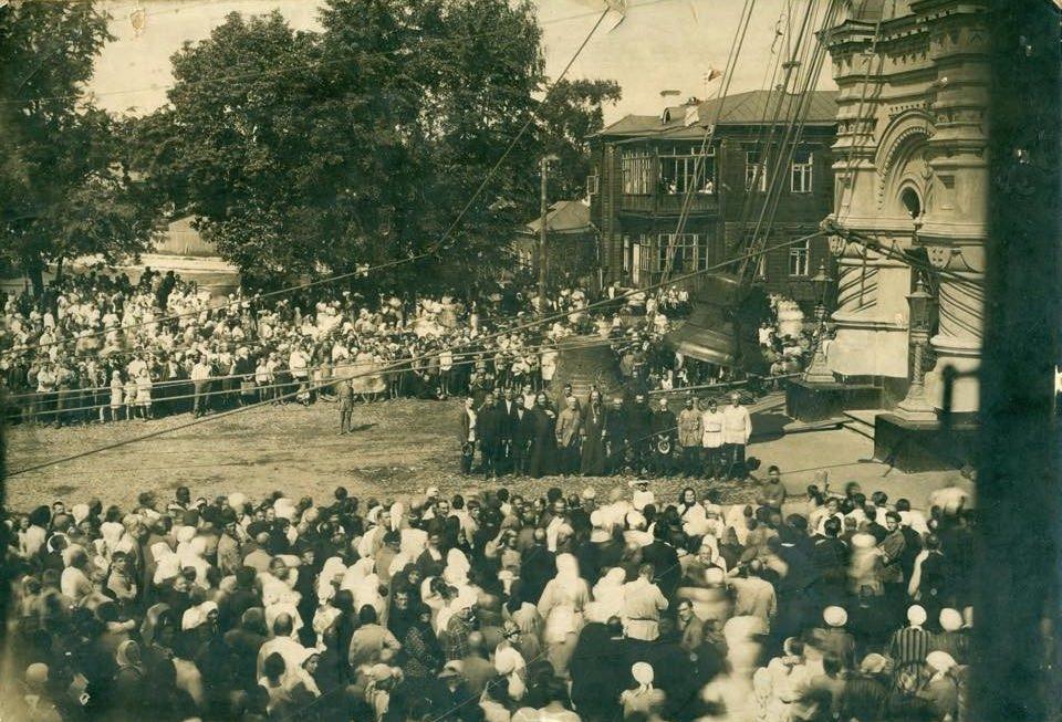 Подъём колоколов на колокольню церкви Трифона в Напрудном