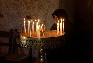 Как ставят свечи в православных храмах Греции