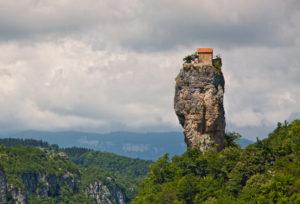 Монахи между небом и землей:  как сегодня живется на Кацхийском Столпе